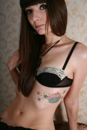 Милашка с татуировками бантиками