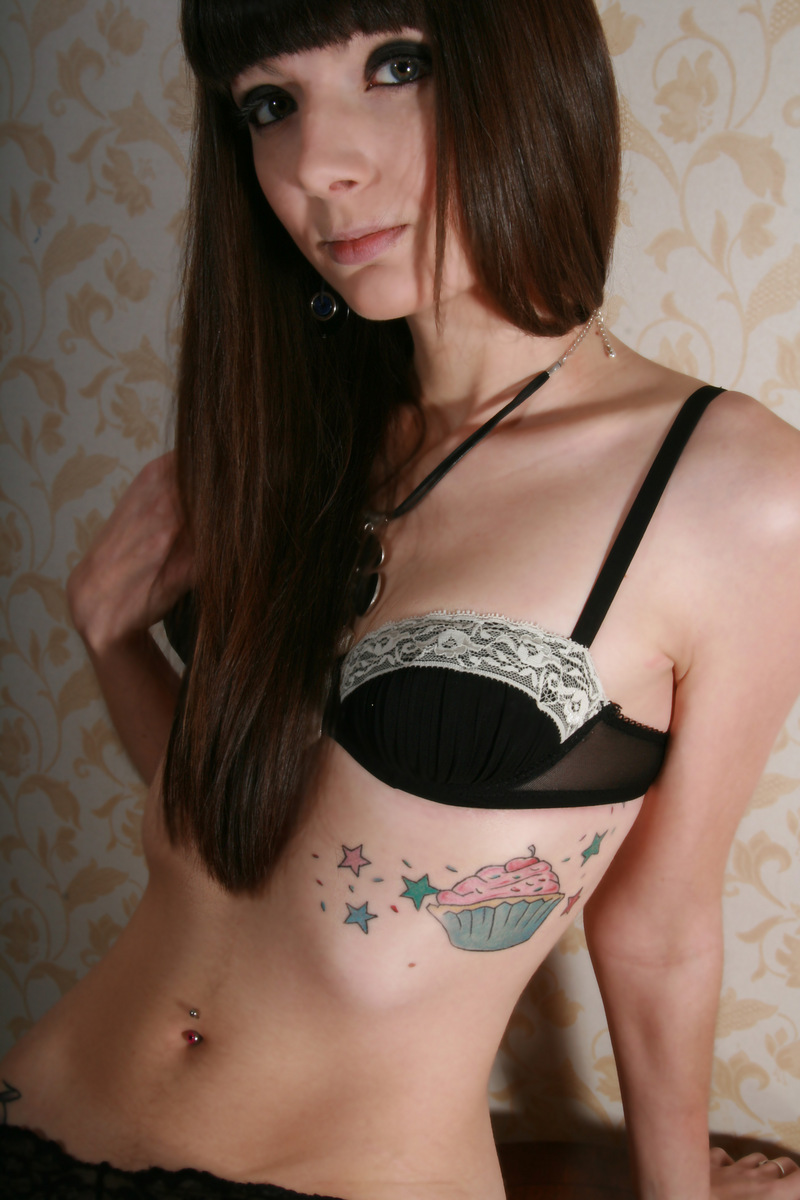 tatuirovka-bantik-na-porno-aktrise