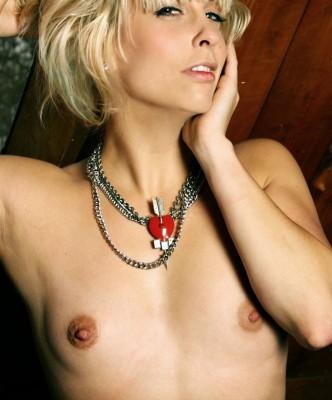 Интимные татуировки, интимный пирсинг блондинки