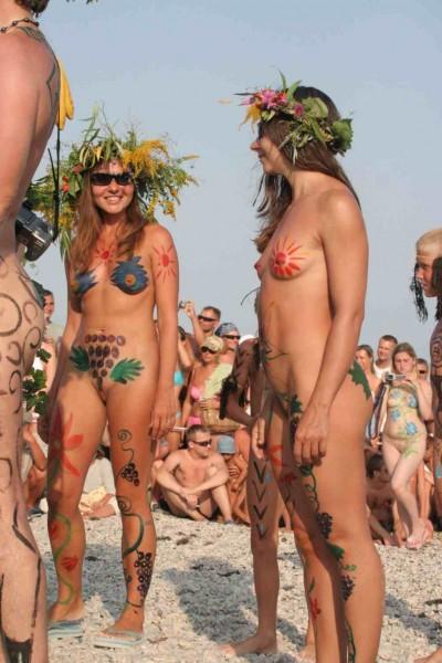 фотографии нудистов на пляже бодиарт