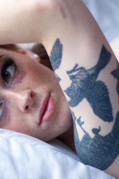 голая девушка татуировка