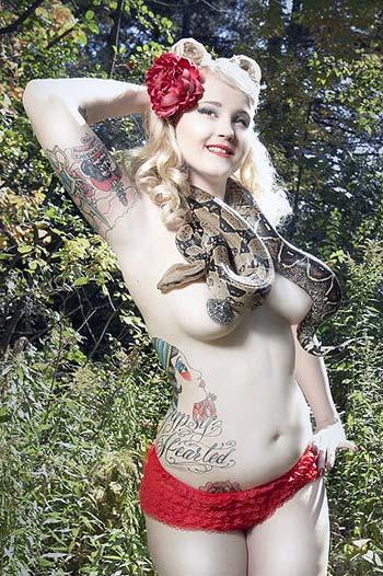 блондинка с татуировками и змеей на шее