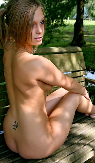 Красивая девушка с татуировками и пирсингом фото 6