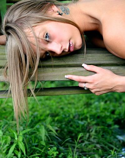 Красивая девушка с татуировками и пирсингом фото 10