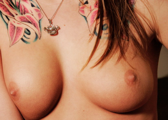 Татуировки и пирсинг сексуальной девочки 10