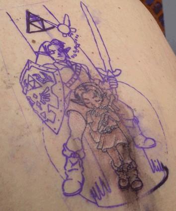 Мастер татуировок начинает с тонких линий